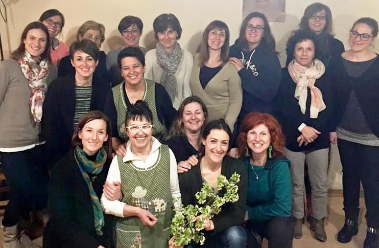 Graziella Migot con un gruppo di corsiste di uno dei suoi corsi di cucina naturale